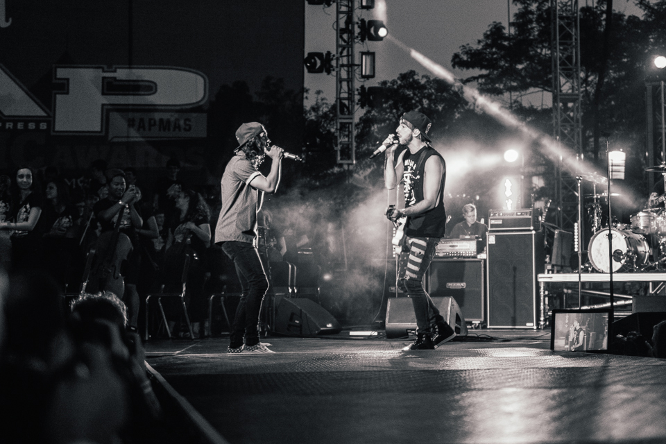 "Vic Fuentes (Pierce The Veil) and Alex Gaskarth (All Time Low) performing Song Of The Year ""A Love Like War"""