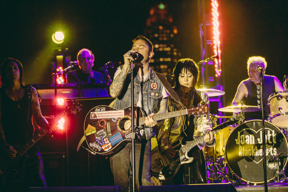 Joan Jett performing with Billy Crooked (The Vacancies)